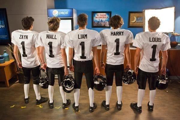 OMG 1D in football jerseys!!!!!!!!!! X_X