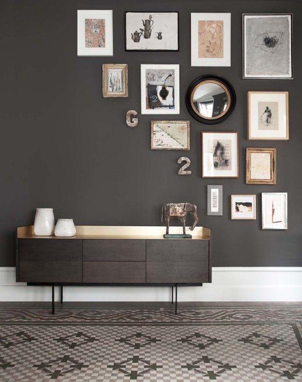 Décor do dia: arranjo de quadros inusitado no hall Parede de fundo escuro recebe molduras na diagonal | Décor do Dia (Foto: Reprodução) #decor