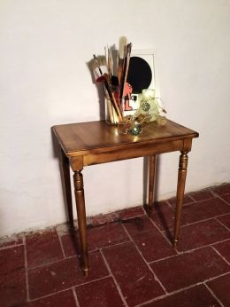 ACUALUX EN TUS MUEBLES ¿Sabes que puedes recuperar y decorar tus muebles utilizando ACUALUX METALIZADO TITAN? Necesitarás: _ Pinceles, brochas, guantes y, si quieres, una mascarilla o un pañuelo. _ ACUALUX METALIZADO TITAN del color que prefieras.  _ GOMA LACA SPRAY TITAN. _ BETÚN DE JUDEA SPRAY TITAN. _ ESENCIA DE TREMENTINA TITAN.  _ Un mueble a decorar.