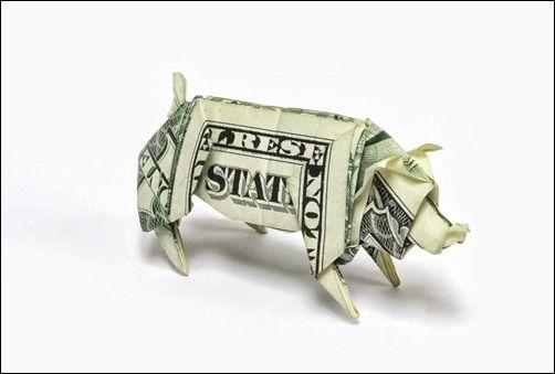 One Dollar Pig. Cerdo con billete de dólar. Origami.