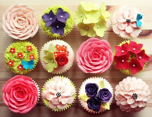 This photo...INSTANTLY made me smile from ear to ear on this slow moving Friday.  I LOVE, nay ADORE cupcakes; making them, eating them, etc.  It's amazing and bizarre the effect that they have on me.: Cup Cakes, Ideas, Pretty Cupcakes, Floral Cupcakes, Sweet, Food, Flower Cupcakes, Dessert