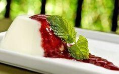 panacota com calda de frutas vermelhas