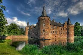Kasteel Helmond is een vierkante middeleeuwse waterburcht in het centrum van de stad Helmond. de bouw van het kasteel is rond 1325 begonnen. om het vorige kasteel te vervangen, dat kasteel heette  't Oude Huys.