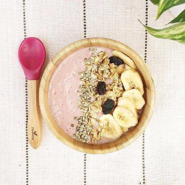 Breakfast. Smoothie bowl. One banana 3 strawberries and almond milk. Topped with banana chips granola and toasted hemp seeds. . . Café. Smoothie Bowl. Uma banana três morangos e leite de amêndoas. Guarnição: chip de bananas granola e sementes de cânhamo. . . #healthykidscommunity #cookit #avanchy #avanchyshop #produceforkids #healthybreakfast #toddlermeal #semlactose #lactoseintolerant #comidadeverdade #lanchesaudável : @cozinhadagleici