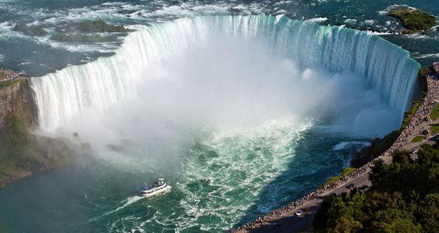 As 11 cachoeiras mais incríveis do mundo - NIAGARA FALLS - EUA Uma das quedas d'águas mais conhecida – quiçá a mais famosa – é a Niagara Falls ou Cataratas do Niágara. Além de não poder ficar fora da lista por sua popularidade, a Niagara Falls é a cachoeira com maior volume de água do mundo – são 2,4 mil metros cúbicos de água caindo a cada segundo. Isso significa, simplesmente, 13 vezes mais volume do que a islandesa Dettifoss! Ela consiste numa combinação de três quedas d'água que formam o…