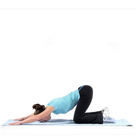Rekken van borstspier door armen gestrekt voor je op de grond te leggen en langzaam je billen naar je hakken brengen. positie 8 seconden vasthouden. oefening 3 tot 5 keer uitvoeren. Hiermee rek je tevens je onderrug