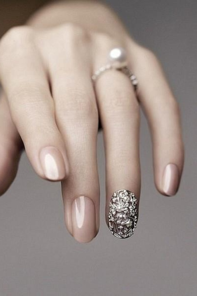 pinned for the nude / champagne color that i really love, and the shape.chestia aia pe unghia degetului inelar... no way :)