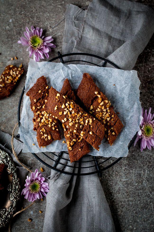 Chokladsnittar med schweizernöt ett utmärkt recept att baka till fredagsfika. Nämligen sega chokladsnittar medschweizernöt. Seg chokladkaka som är fylld med nötig choklad. Perfekt att göra en burk med småkakor och ta me