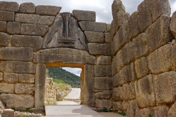 La célèbre porte des Lions, entrée de la cité antique de Mycènes. http://www.coupsdecoeurpourlemonde.com/2012/09/6000-ans-d-histoire-a-mycenes-grece/