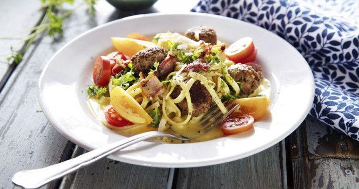 Pasta är snabblagat, billigt, enkelt och supergott! Pasta är gjort på durumvetemjöl, ägg och vatten och finns både i torkad och färsk form som kan kombineras på olika sätt. Här finns recept med pasta som makaroner, spaghetti, penne, cannelloni, lasagne, gnocchi, fettuccine och fler pastasorter. Njut av carbonara eller gör pastarätter med kyckling, lax eller bacon. Testa också våra gratänger med pasta.