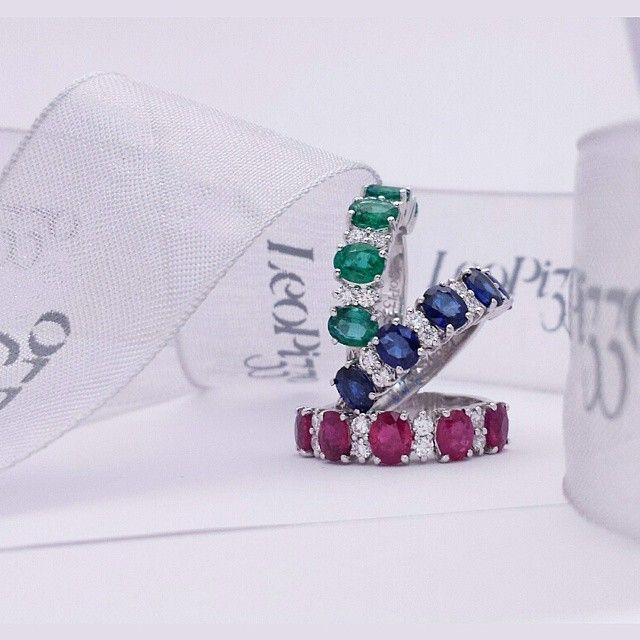 Anelli in oro bianco, zaffiri blu, smeraldi, rubini e diamanti. Rings in white gold with blue sapphires ,emeralds,rubies and diamonds