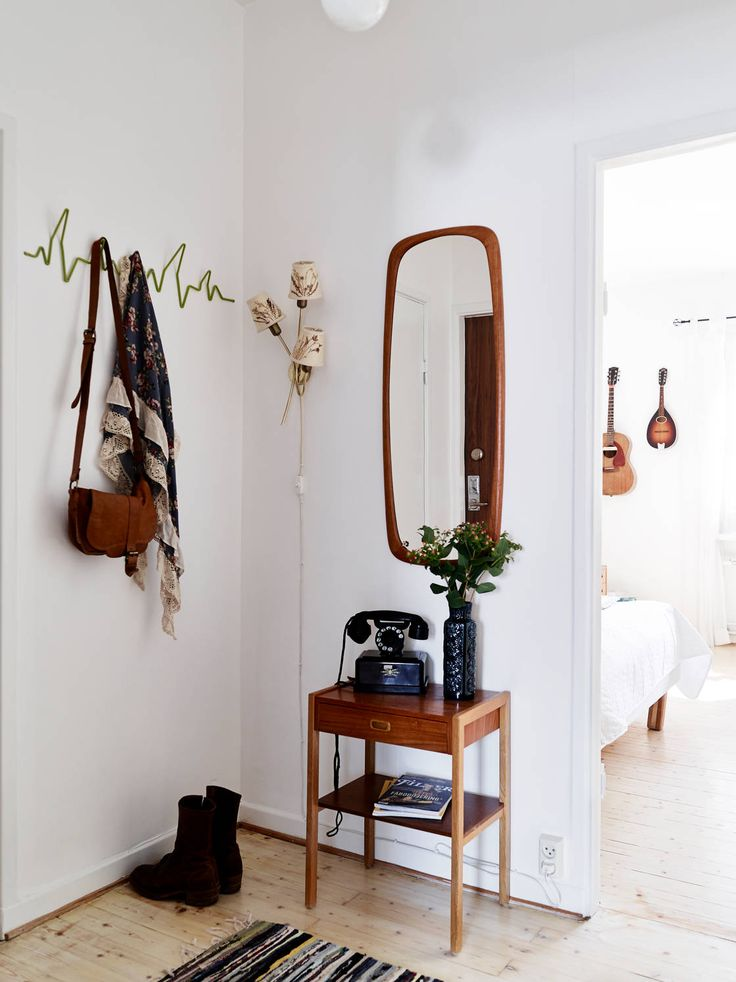 Perfect entryway furnishings for a small NYC apartment. Love that everything is vintage and pre-owned. Who said used furniture isn't the way to go?
