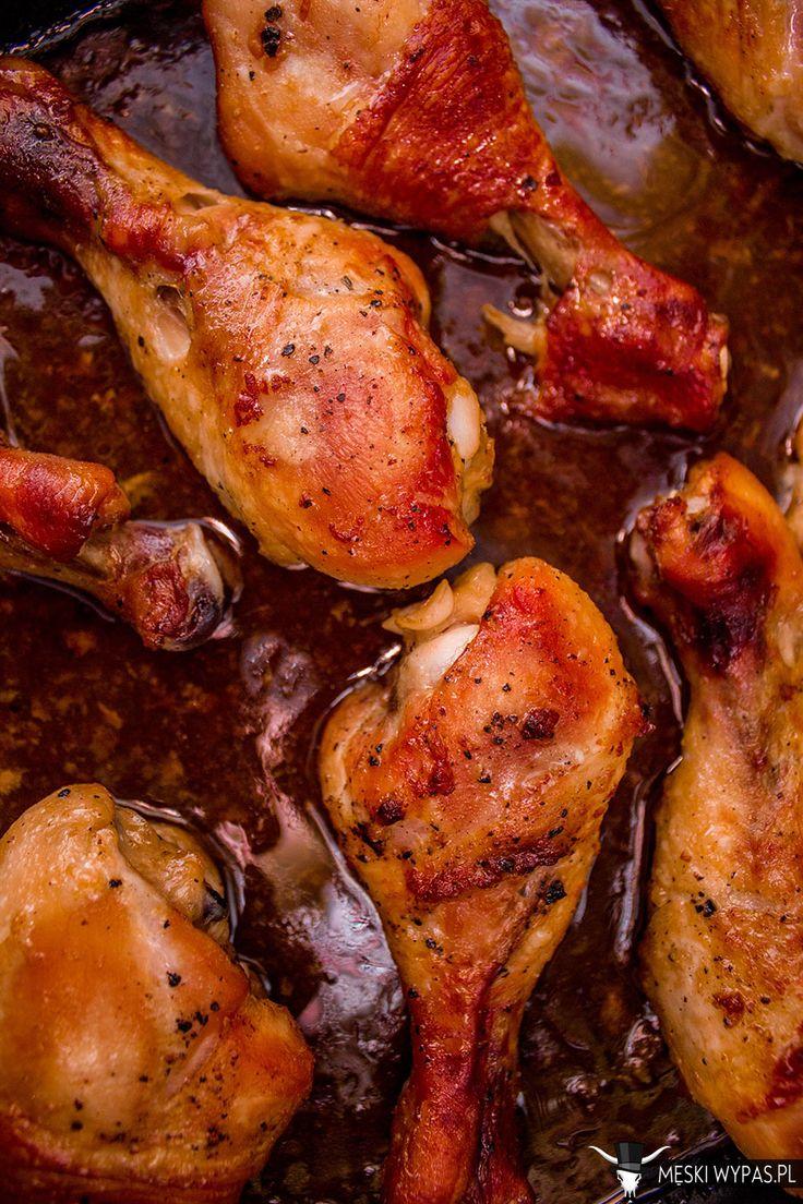 Dobry przepis na obiad, kiedy przychodzą znajomi powinien, oprócz tego, że musi byćsmaczny, posiadać jeszcze jedną ważną cechę – jego przygotowanie powinno być banalnie proste, niewymagające stania w kuchni, podczas gdy goście się bawią. Tak jest w tym przypadku. Nie dość, że w kuchni spędziłem jedynie kilka minut, to aromat tego dania witał gości jużRead More