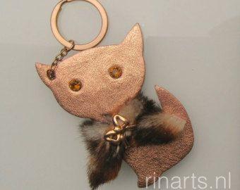 Kat charme van de tas / sleutelhanger in roos goud metallic lamsdarm en echte (gerecycleerd) vacht van de kat.  Een perfecte gift voor kattenliefhebbers. Geschenk onder de 25