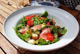 Monicas Matverden: Salat med baby mozzarella, spekeskinke, spinat og søte tomater