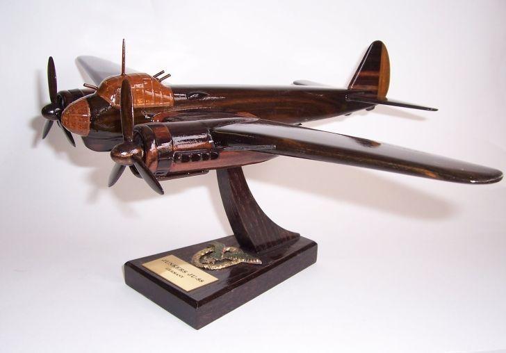 Junkers JU 88. Holz-Modelle von Militärflugzeugen aus dem Ersten und Zweiten Weltkrie