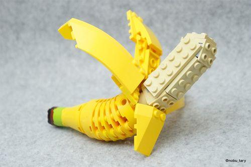 """#Lego 坂井直樹の""""デザインの深読み"""": レゴブロックから作られた食品の中でもおいしそうな「ピザスライス、お弁当箱、ジャンクフード、さらには果物や野菜」まで多くの食品をカバーしているが、中でも天ぷら丼は秀逸だ!"""