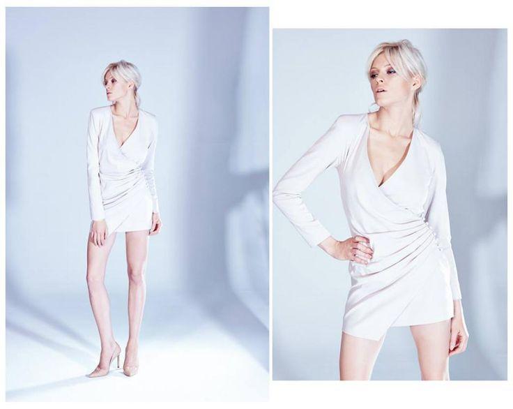 Pudrowa sukienka z długim rękawem z zimowej kolekcji duetu THECADESS