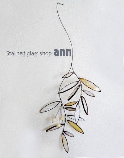 サイズ:全長約40cm 葉〜葉、約30cm素材:ガラス/ハンダカラー:ホワイト系/アンティーク加工ホワイト系のガラスとアクリル玉を使った、アンティーク風の観葉植物です。枝の部分また、葉の向きはやわらかく曲げることができるので自由なかたちでインテリアとして楽しんでいただけます。受注生産になりますので、色あい等多少変わりますがご了承ください、また約一週間前後お待ちください。
