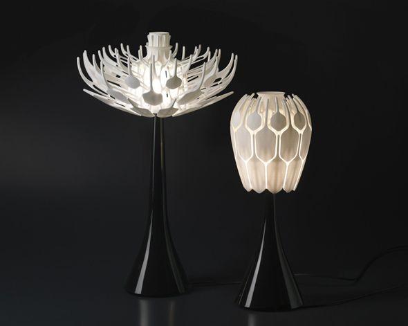 Réalisée par le designer français Patrick Jouin, cette lampe de table se présente sous la forme d'une corolle mobile qui, une fois ouverte, laisse apparaître l'ampoule et fait jaillir la lumière.