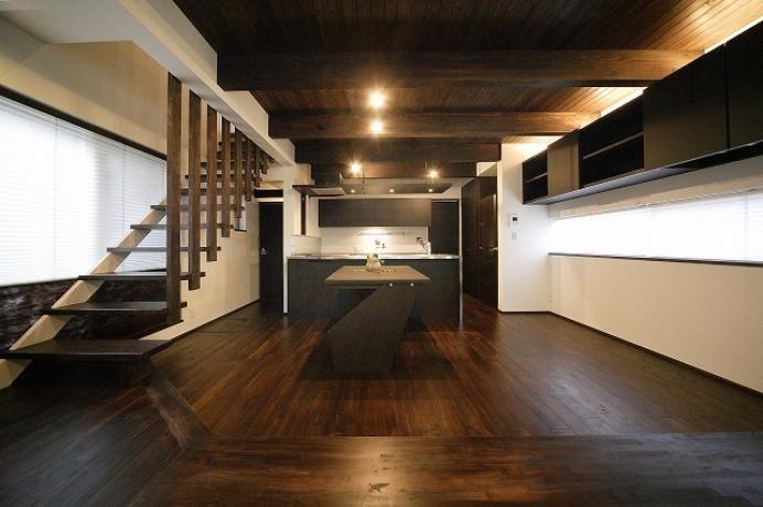 ステンレスの天板のキッチンはオーブン装備でこだわりのオーダー。重苦しいフードをなくしフラットな板を吊って<br /> 換気扇と照明を仕込みました。ユニークな形のダイニングテーブルは実は階段材を再利用しています。 専門家:鳥山敦生が手掛けた、ダークブラウンの落ち着くDK(『TN-house』チョコレートケーキの家)の詳細ページ。新築戸建、リフォーム、リノベーションの事例多数、SUVACO(スバコ)