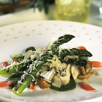 Asperges grillées au cheddar fort, petite salade de champignons marinés
