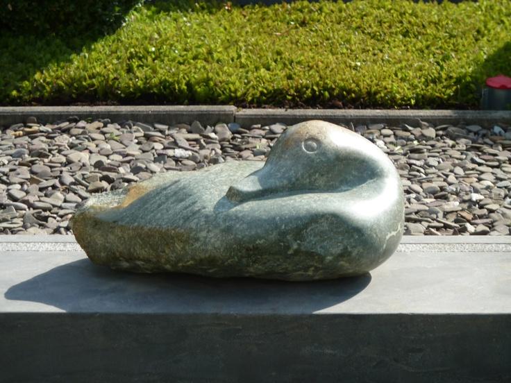 Slapende eend gemaakt van serpentinestone door Marjen Blanken