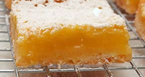 """Refrescante e fácil de preparar, os quadrados de maracujá são a minha versão dos """"lemon squares"""", ou seja, quadrados de limão. Para fazer a versão original basta utilizar suco de limão no lugar do maracujá. INGREDIENTES MASSA 120 gr. de farinha 100 gr. de manteiga sem sal em temperatura ambiente 50 gr. de açúcar de confeiteiro 1 colher de chá de baunilha 1/4 de colher de chá de sal COBERTURA 2 ovos 1 gema 200 gr. de açúcar 30 gr. de farinha de trigo 60 ml. de suco de marac..."""