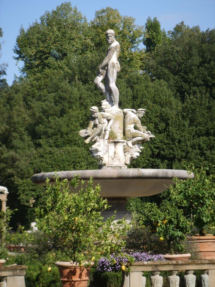 Giardino di Boboli – Florencja, Włochy. Centralne miejsce Isolotto zajmuje fontanna z rzeźbami Okeanosa – ojca wszystkich źródeł i rzek. Otaczały go: Nil – młodość, Ganges – dojrzałość oraz Eufrat – starość. Fontanna ta upamiętnia nowy akwedukt doprowadzający wodę do Florencji, wzniesiony oczywiście przez Medyceuszy. Dzieło Gianbologna stanowi najbardziej efektowny element ogrodu.