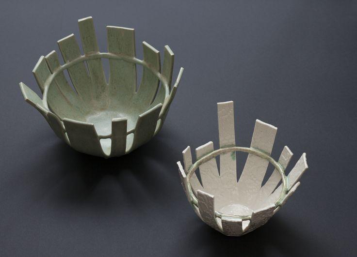 Maria-skålene er lavet både i stentøjsler men også i porcelænsler. De kan bestilles i den ønskede farve og størrelse.