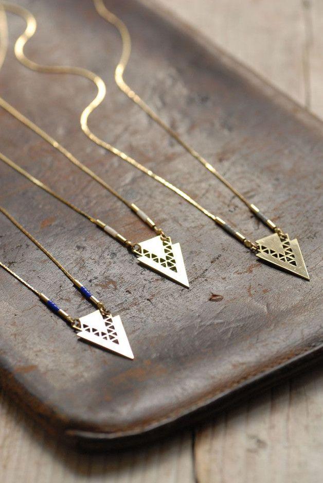 Collier double chevrons ajourées en laiton doré à l'or fin 24 carats  Perles de verre. Coloris: - gris souris - ivoire - indigo Réglable: 52/56cm Chaque bijou est vendu dans sa pochette en tissu...