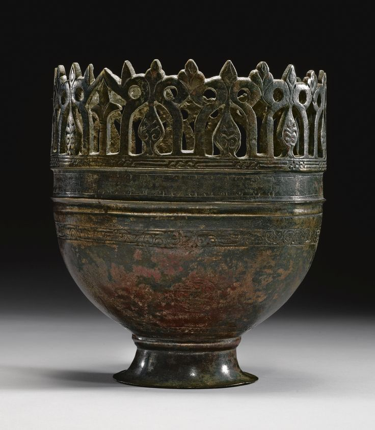 AN EXTREMELY RARE FOOTED BOWL (ALFABEGUER), SOUTHERN SPAIN, 12TH/13TH CENTURY