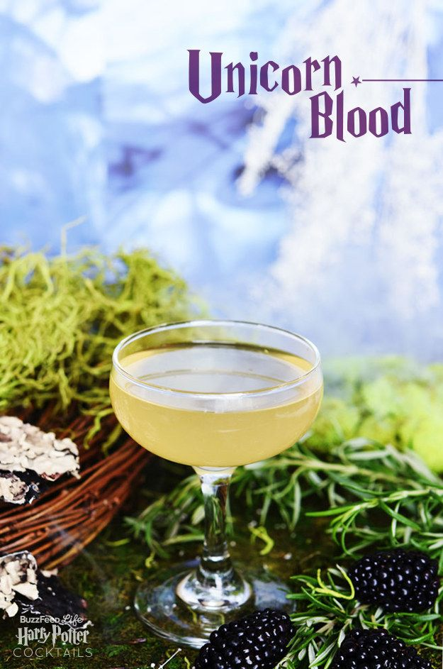 1. Sangre de Unicornio: 1,5 oz de tequila, 1,5 oz de St. Germain (Licor de flor de saúco), 1oz de jugo de limón. Con eso ya tienes la bebida favorita de Lord Voldemort.