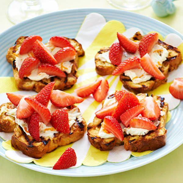 Geroosterd suikerbrood met mascarpone en aardbeien . Lunch, 4 personen