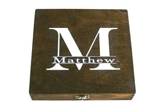 La caja de cigarro hace grandes regalos para su fiesta nupcial. Perfecto para las damas de honor, padrino, padre de la novia, el padre del novio, ujieres, mejor hombre - ideal para bodas, Navidad, cumpleaños, graduación, día de San Valentín o cualquier ocasión de regalo.  Esta lista es para la caja de cigarro personalizado (1). Sin embargo puede hacerse en cualquier cantidad.  Cada caja es individualmente pintado a mano y personalizados con los nombres, monogramas o iniciales.  Cajas están…