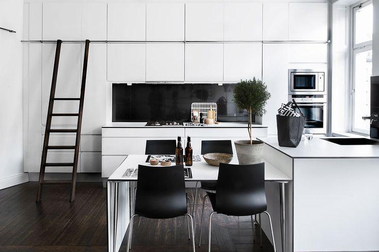Černobílá kuchyň ve skandinávském stylu