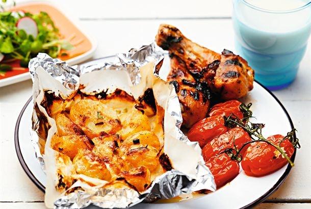 Grillattu liha saa maukkaan lisäkkeen perunanyyteistä. Nyytit valmistuvat näppärästi samalla, kun grillaat lihan. http://www.valio.fi/reseptit/perunanyytit-grillissa/