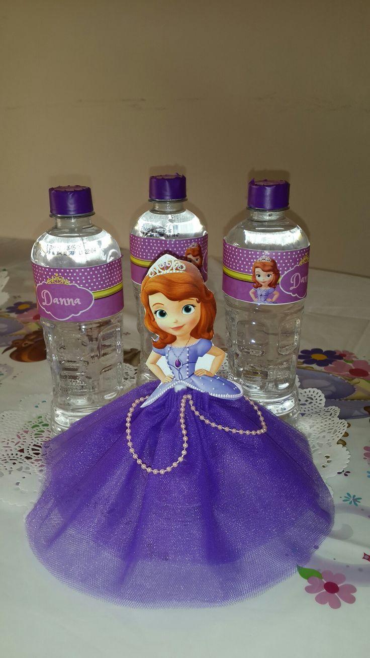 Hecho con tul y frasco reciclado de gerber.  Tema: princesa Sofia. Cumpleaños