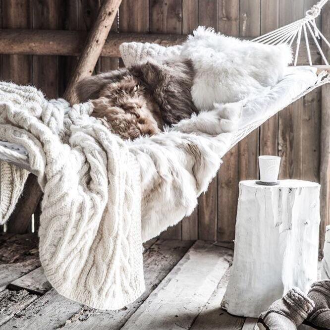 hamac avec couverte et coussin en fausse fourrure cocooning