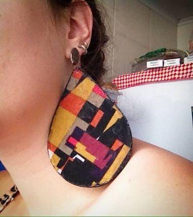 Brinco feito com bandejinha de isopor descartável e retalho de tecido