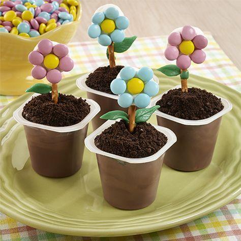 Vasitos de Pudín en Forma de Macetas: Vasitos de pudín decorados con una flor de caramelo hecha con chocolates cubiertos de caramelo y malvaviscos para que parezcan macetas.   OREO® es una marca registrada de Mondelez International