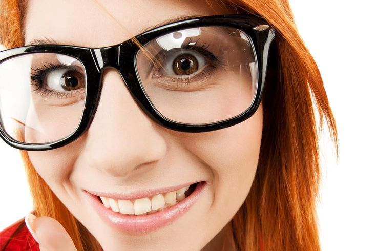 Pilih mana: kacamata atau lensa kontak?