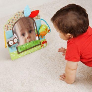 Le stade du miroir, une étape essentiel pour bébé... Mais comment lui mettre à disposition en toute sécurité ?   Premiers Arrivés a trouvé la solution et vous propose le miroir de la marque SKIP HOP entièrement conçu pour les bébés et leur phase d'un nouvel éveil vers la notion de soi.   De 4 mois à 2 ans, bébé développera à son rythme sa reconnaissance de soi via le reflet de ce joli miroir très ludique.