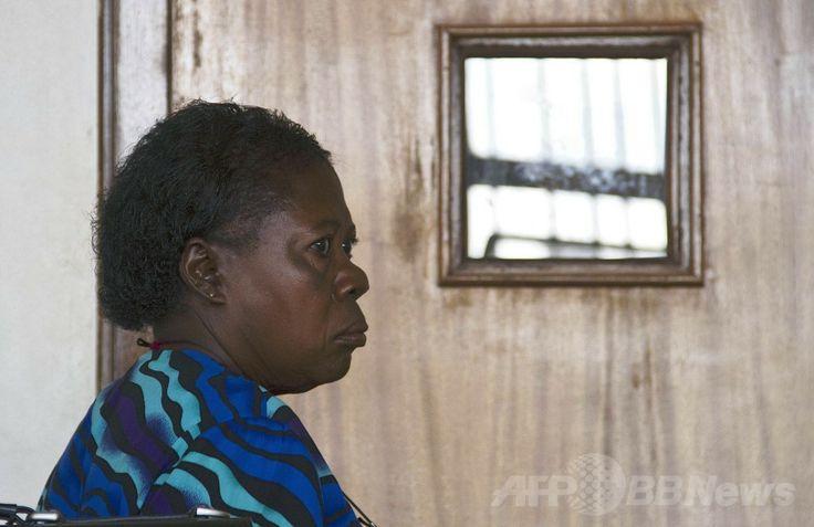 ウガンダの首都カンパラ(Kampala)の裁判所で、判決言い渡しに臨むローズマリー・ナムビル(Rosemary Namubiru)被告(2014年5月19日撮影)。(c)AFP/SISAAC KASAMANI ▼20May2014AFP|看護師に有罪判決、「幼児にHIV感染させようとした」 ウガンダ http://www.afpbb.com/articles/-/3015359 #Rosemary_Namubiru #Kampala #Uganda #Ouganda