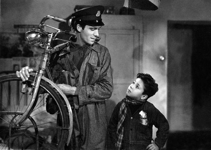 """Lamberto Maggiorani (1909-1983) e Enzo Staiola (1939), attori non professionisti, protagonisti del film """"Ladri di biciclette"""" (1948), diretto, prodotto e in parte sceneggiato da Vittorio De Sica (1901-1974). Basato sull'omonimo romanzo (1946) di Luigi Bartolini (1892-1963) e adattato al grande schermo da Cesare Zavattini (1902-1989), il film è un classico del cinema ed uno dei massimi capolavori del neorealismo cinematografico italiano."""