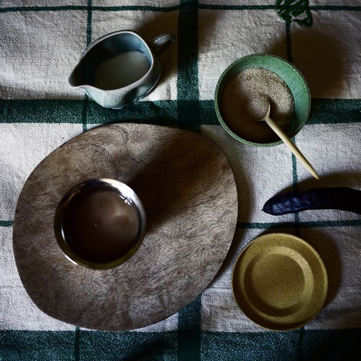 service à café: objets récoltés au fil  des voyages http://myriambalay.fr