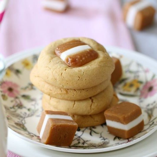 The most deliciously simple caramel cookies recipe ever! 10 minutes prep time, 1 bowl and 5 simple ingredients = YUM!
