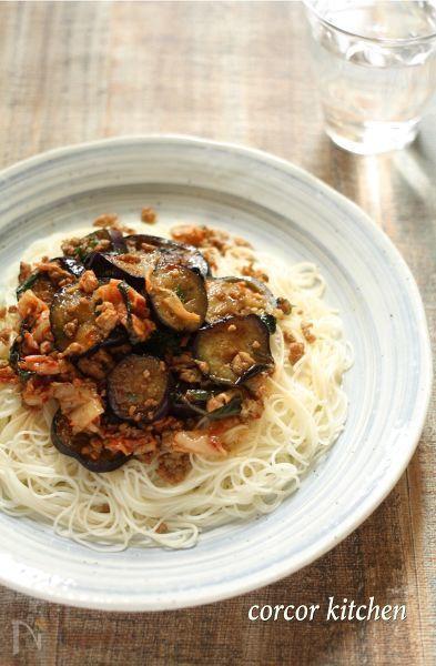 夕飯の残り物で作った簡単ランチレシピ。鶏ひき肉なら冷めたままでも美味しいから、作りおきしたものを冷蔵庫から出してのせるだけ。素麺にもあいます。