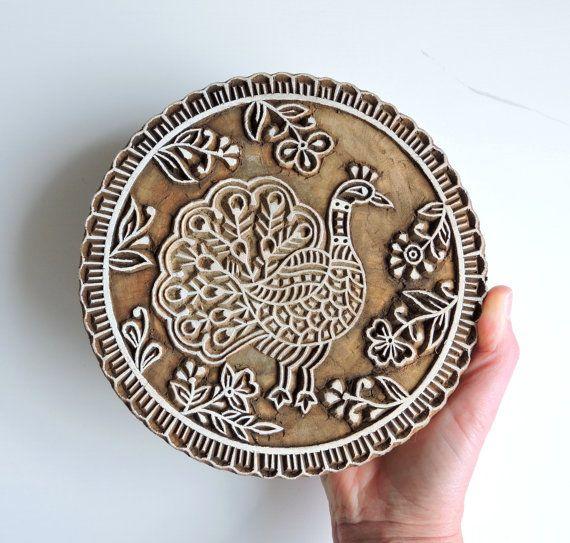 Ho trovato questa mano intagliato indiano blocchetto di stampa in un mercato allaperto vicino a Chanakyapuri, Nuova Delhi. Questo timbro enorme dispone di un pavone finemente intagliato in legno con fiore e vite accenti. Il bordo è ulteriormente rafforzato con ruches intagliato.  Questo stamp durevole può essere utilizzato per ceramica, artigianato, carta-fabbricazione, stampa tessile e ceramica.  Questi bolli di blocco di legno sono comunemente usati in India per la stampa su indumenti o…