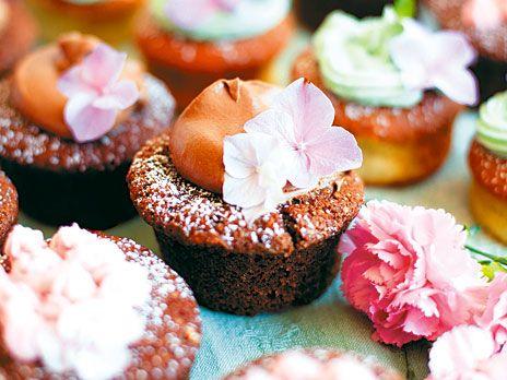 Devil's food cupcakes med kolafrosting. Djävulskt goda chokladcupcakes med kolasås, som Magnolia Bakerys grundare Alyssa älskar! Recept från boken Magnolia Bakery.